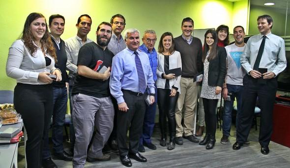 El director general, Juan Ramón Olmos, hace entrega de los premios y distinciones a los participantes en el concurso. / G. T.