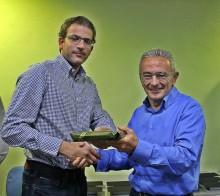 El compañero César Zambudio recibe el premio a la idea ganadora 2015. / G. T.