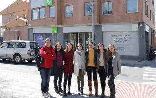 Día Internacional de la Mujer: Algunas de las mujeres que forman parte de Trevenque, ante su sede