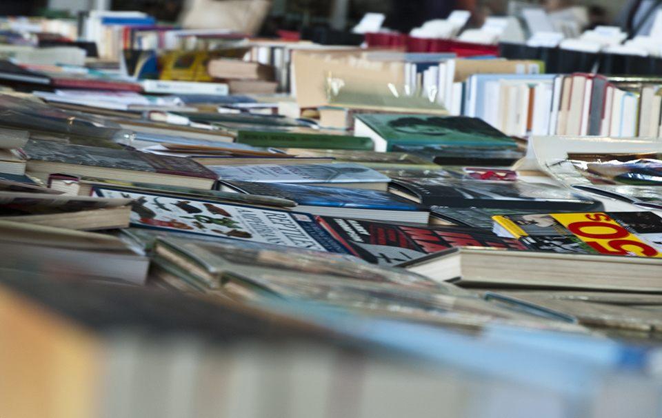 Editorial en una Feria del Libro