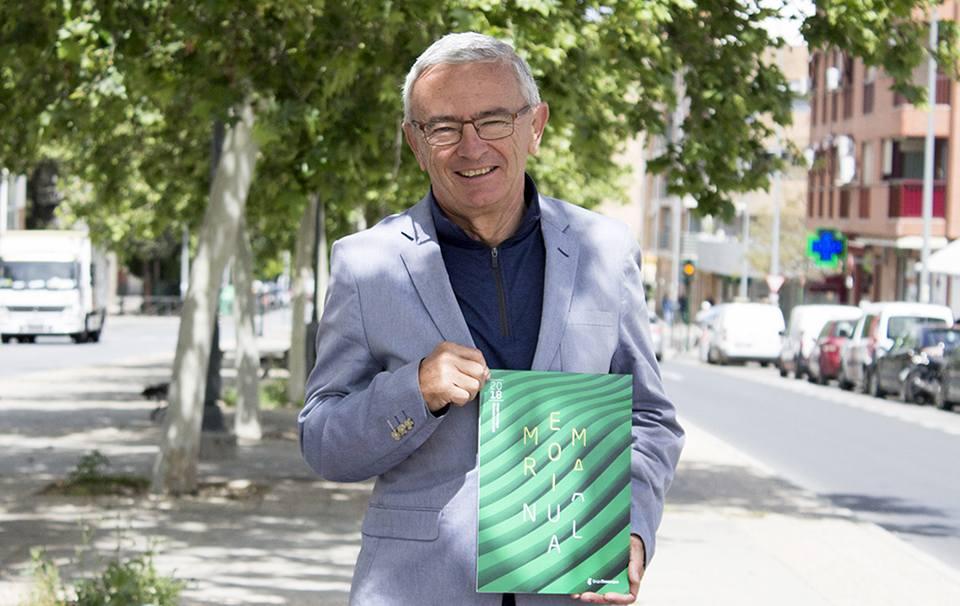 Juan Ramón Olmos Vico, con la Memoria de Grupo Trevenque correspondiente al 2018