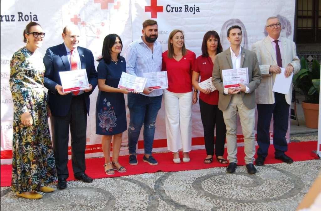 José Fernando López Navarro recoge el diploma del Día de la Banderita de Cruz Roja Granada